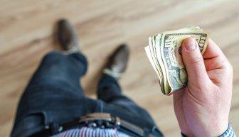 Что такое безвозмездная денежная помощь от богатых людей, и как ее получить?